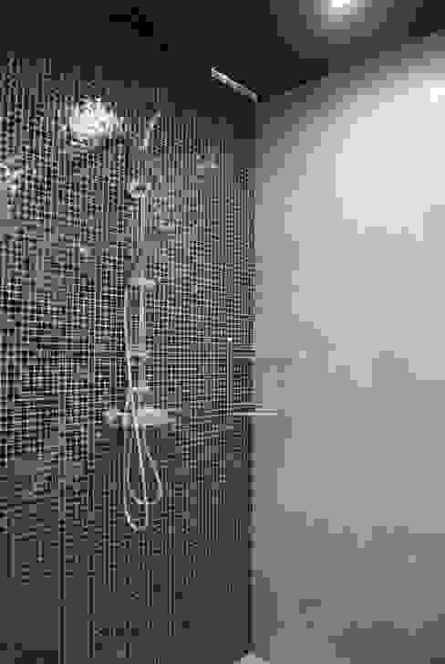 Два таунхауса для двух семей Ванная комната в стиле минимализм от Студия архитектуры и дизайна Вояджи Дарьи Минимализм