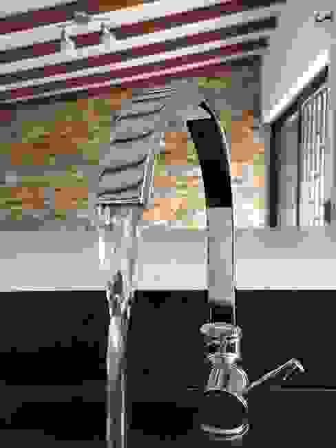 Detalle de grifería Cocinas de estilo moderno de ALSE Taller de Arquitectura y Diseño Moderno