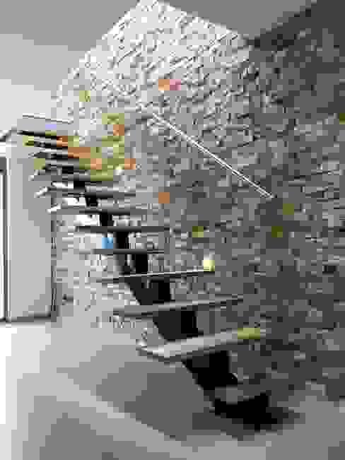 Detalle de escalera con viga central y peldaños flotantes Pasillos, vestíbulos y escaleras de estilo moderno de ALSE Taller de Arquitectura y Diseño Moderno
