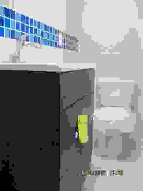 Remodelación de baño Fixing Baños eclécticos Azulejos Azul
