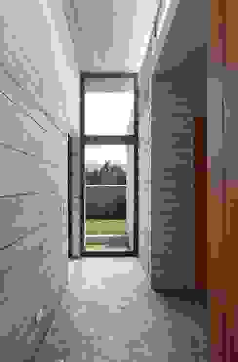 Casa oZsO Pasillos, vestíbulos y escaleras de estilo moderno de Martin Dulanto Moderno