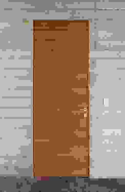 Casa oZsO Puertas y ventanas de estilo moderno de Martin Dulanto Moderno
