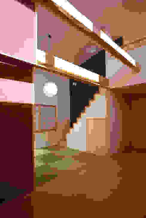 フラットハウス Nowoczesny korytarz, przedpokój i schody od 株式会社横山浩介建築設計事務所 Nowoczesny