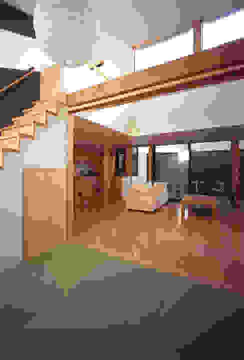 Corridor & hallway by 株式会社横山浩介建築設計事務所