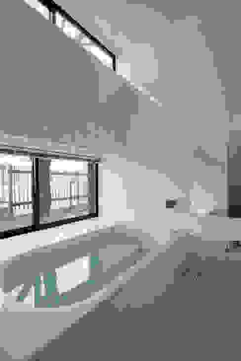フラットハウス Salle de bain moderne par 株式会社横山浩介建築設計事務所 Moderne