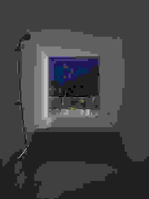 川口の白い家 ミニマルスタイルの お風呂・バスルーム の SHSTT ミニマル ガラス