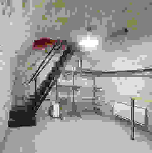 Salle multimédia de style  par homify, Industriel Pierre
