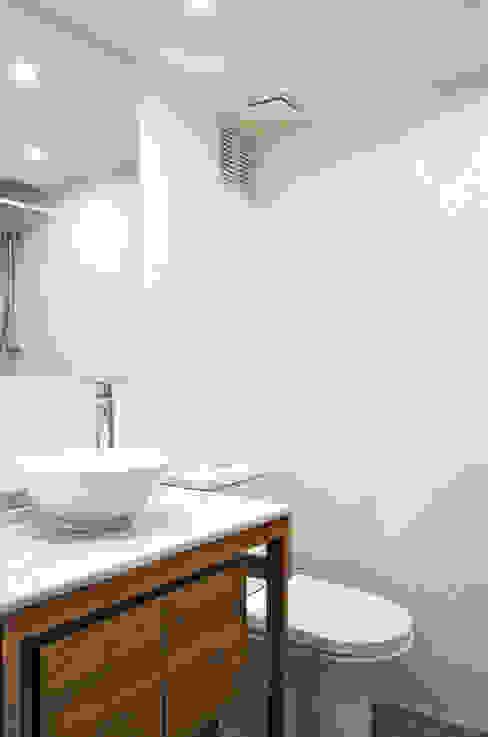 DEPTO. 34 ESTUDIO BASE ARQUITECTOS Baños de estilo minimalista