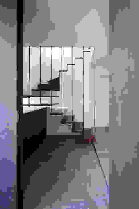 室内化したテラスを持つ家 モダンスタイルの 玄関&廊下&階段 の 設計事務所アーキプレイス モダン