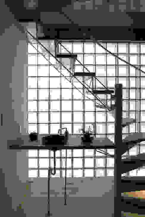 Modern Corridor, Hallway and Staircase by 岩川アトリエ Modern
