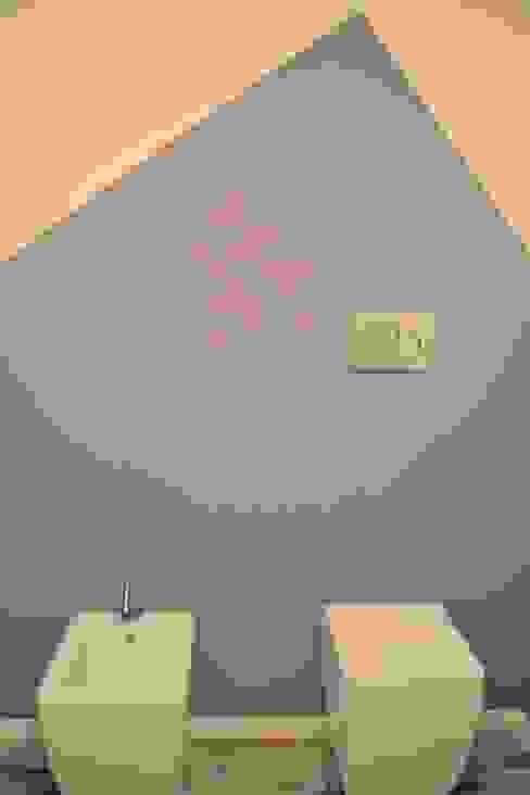 Un bagno color glicine Comelet s.r.l. Bagno in stile industriale