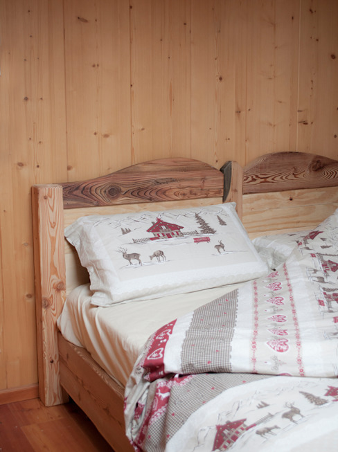 Rustic style bedroom by RI-NOVO Rustic Wood Wood effect