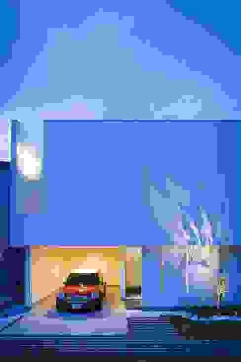 by MITSUTOSHI OKAMOTO ARCHITECT OFFICE 岡本光利一級建築士事務所 Скандинавський Скло