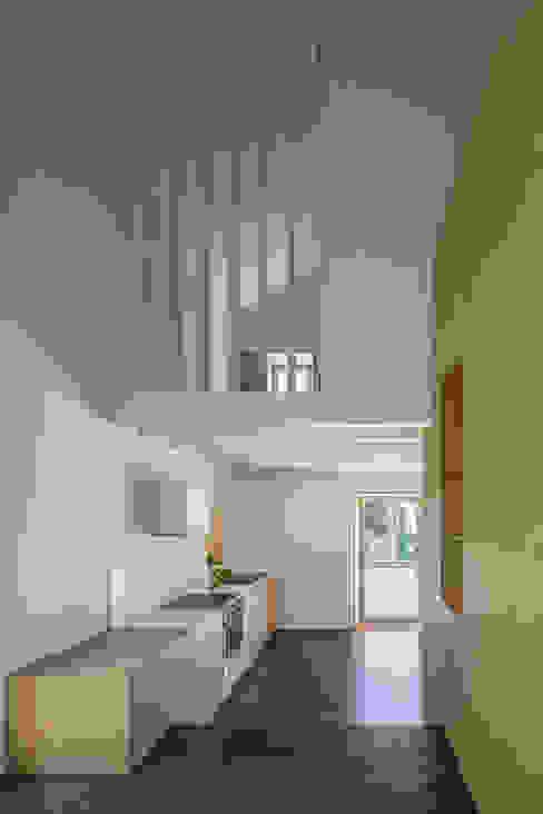 casa das Nogueiras Paredes e pisos modernos por par-do Moderno
