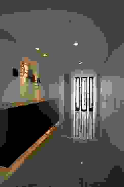 ห้องโถงทางเดินและบันไดสมัยใหม่ โดย 設計事務所アーキプレイス โมเดิร์น