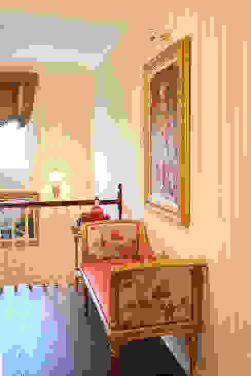 Corredores, halls e escadas clássicos por homify Clássico Madeira maciça Multi colorido