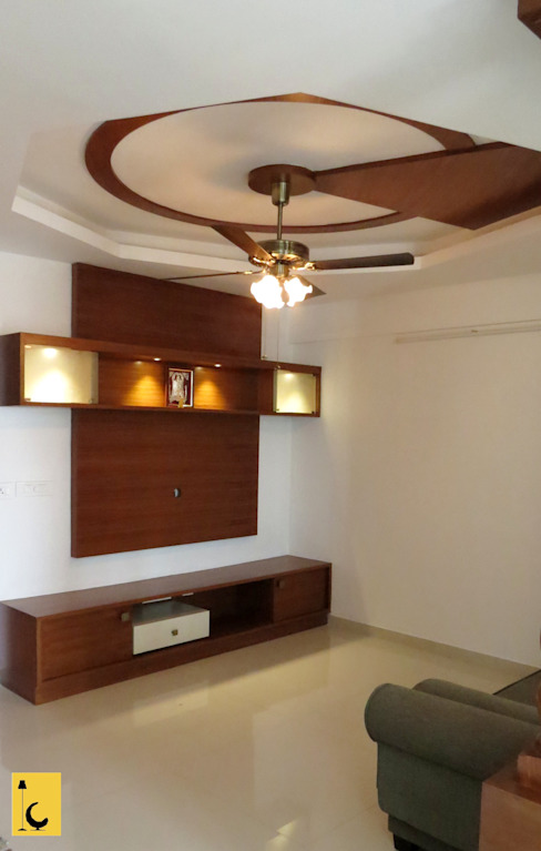 SPACE HI-STREAK, KULSHEKAR, MANGALORE:  Living room by Indoor Concepts