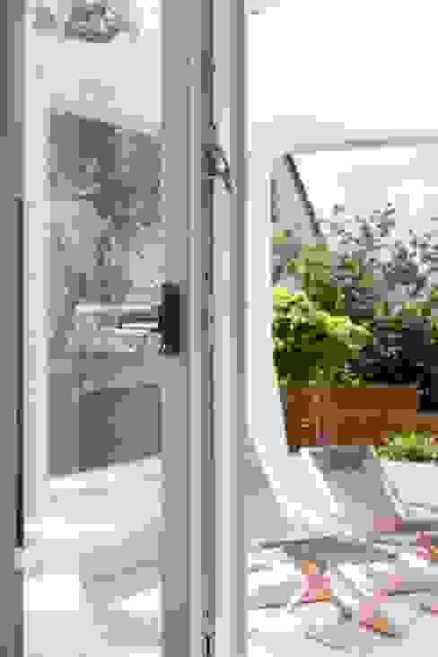 Einbruchschutz durch das Kunststoff-Fenster KF 614 von Kneer-Südfenster Kneer GmbH, Fenster und Türen Klassischer Balkon, Veranda & Terrasse