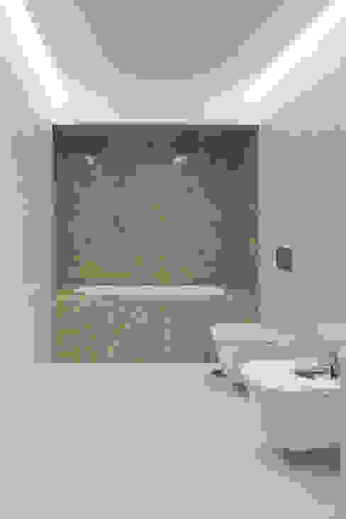 Casa das Gelosias Casas de banho ecléticas por Marta Campos - Arquitectura, Reabilitação e Eficiência Energética Eclético