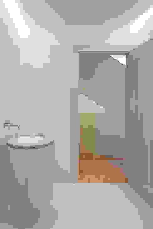 Eclectic style bathrooms by Marta Campos - Arquitectura, Reabilitação e Eficiência Energética Eclectic