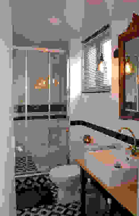 인더스트리얼 욕실 by Laura Benitta Architecture d'intérieur et création de jardins 인더스트리얼