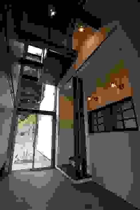 通り土間は2階の廊下から見下ろす事ができる 和風の 玄関&廊下&階段 の 有限会社 橋本設計室 和風