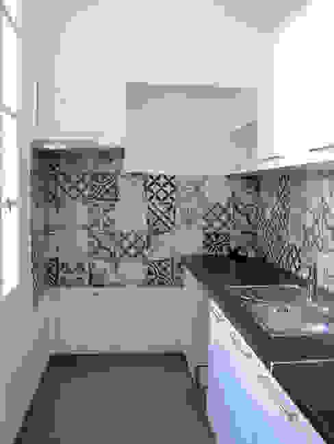 Rénovation de la cuisine d'une maison de location Cuisine moderne par Laura Benitta Architecture d'intérieur et création de jardins Moderne