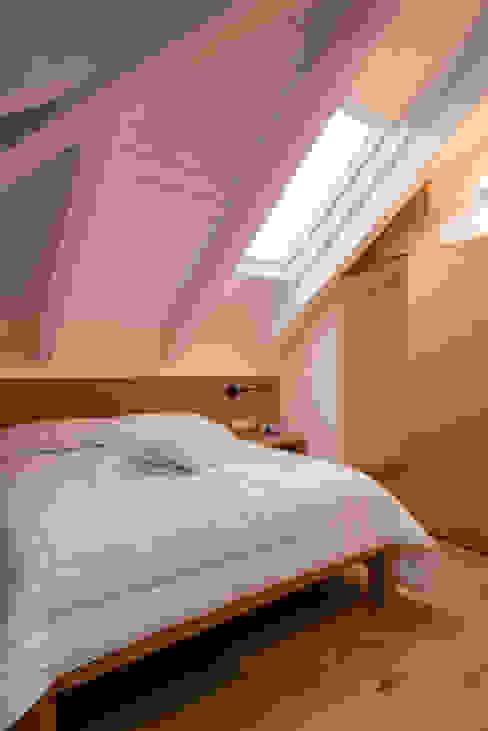 Un appartamento su due livelli Camera da letto moderna di Mario Ferrara Moderno