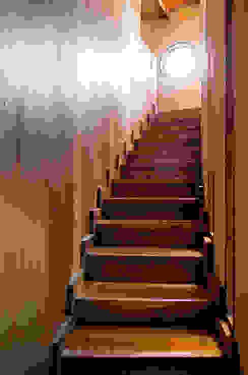 Escaleras Pasillos, vestíbulos y escaleras rústicos de ALIWEN arquitectura & construcción sustentable - Santiago Rústico