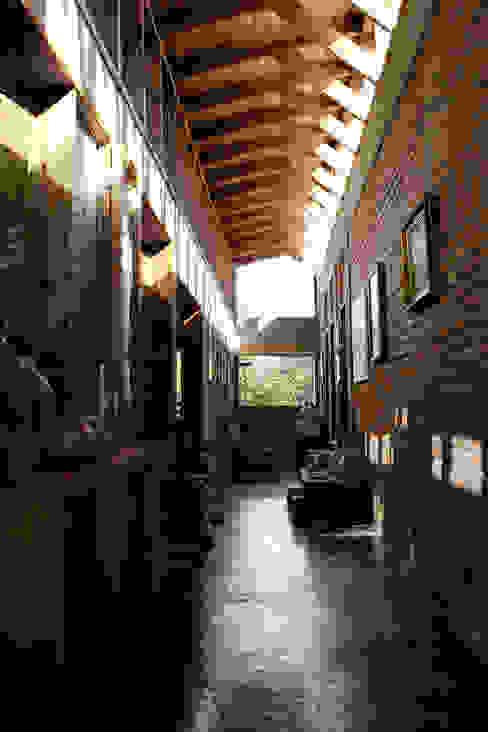 Country style corridor, hallway& stairs by ALIWEN arquitectura & construcción sustentable - Santiago Country