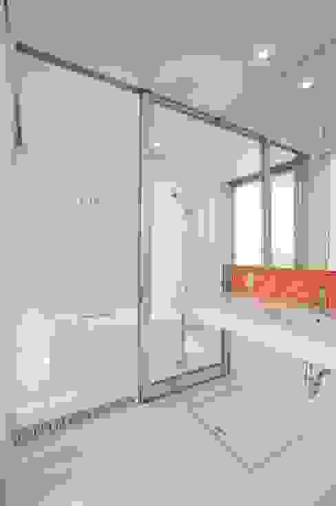 Baños de estilo moderno de 有限会社 橋本設計室 Moderno