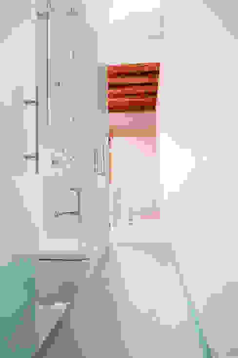 Viladecavalls House CABRÉ I DÍAZ ARQUITECTES Minimalist bathroom