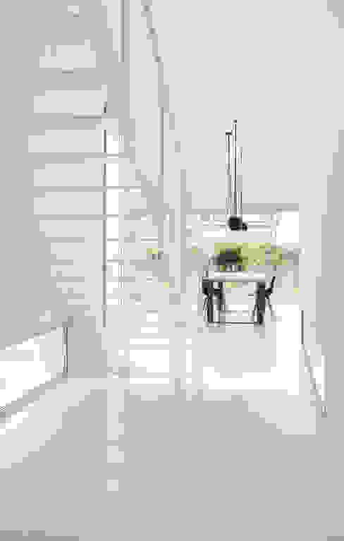 CABRÉ I DÍAZ ARQUITECTES Minimalist corridor, hallway & stairs
