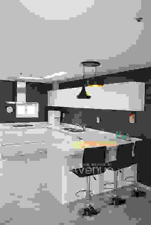 Moderne Küchen von 퍼스트애비뉴 Modern