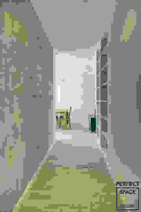 Minimalist corridor, hallway & stairs by Perfect Space Minimalist
