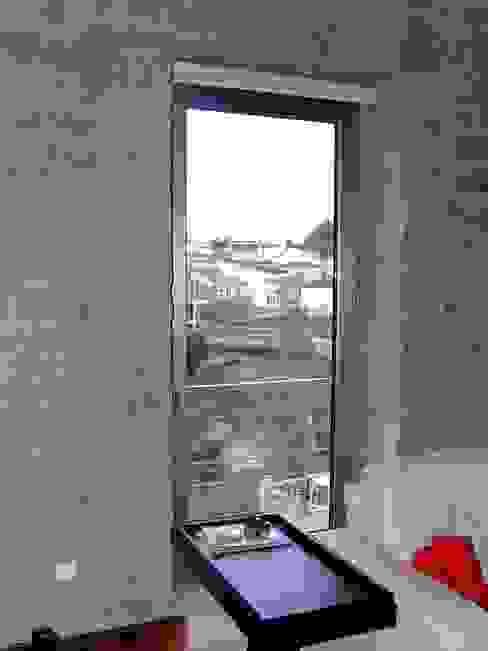 Reabilitação em Ponte do Abade: Salas de estar  por Vasco Rodrigues, arquitecto,