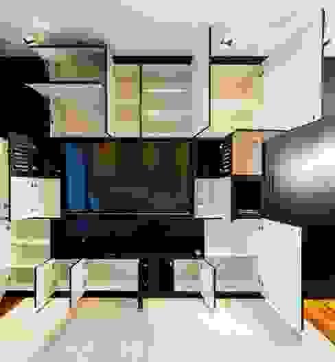 Vista do armário projetado para a sala aberto. Ar:Co - Arquitetura Cooperativa Sala de estarArmários e arrumação
