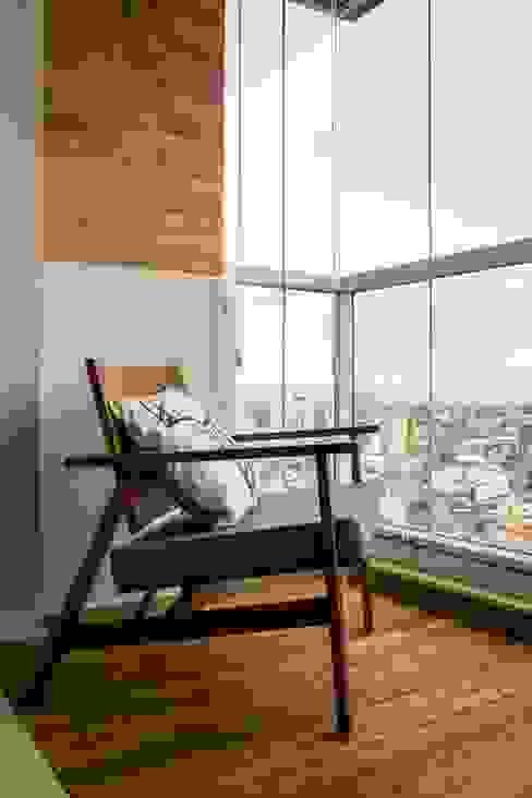 Vista da sacada da sala. Ar:Co - Arquitetura Cooperativa Varanda, alpendre e terraçoAcessórios e decoração