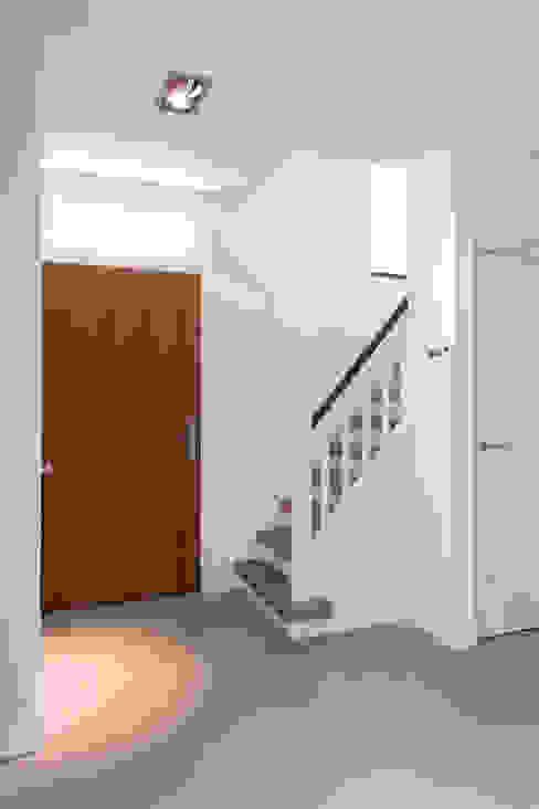 Minimalist corridor, hallway & stairs by B-TOO Minimalist