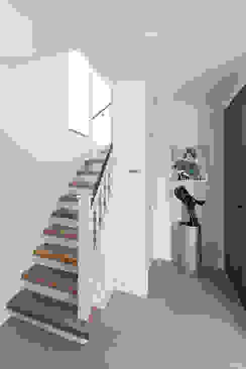 Verbouwing stadswoning Minimalistische gangen, hallen & trappenhuizen van B-TOO Minimalistisch