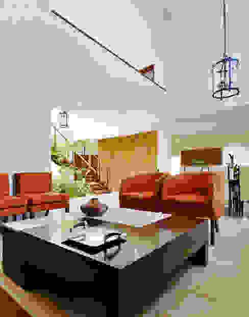 Colonial style corridor, hallway& stairs by Excelencia en Diseño Colonial Bricks