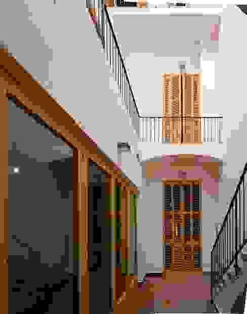 Patio Balcones y terrazas mediterráneos de Atres Arquitectes Mediterráneo