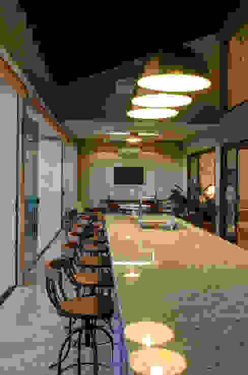 Balcones y terrazas modernos de BRAVIM ◘ RICCI ARQUITETURA Moderno