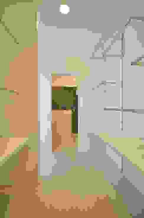 Vestidores de estilo moderno de 門一級建築士事務所 Moderno Compuestos de madera y plástico
