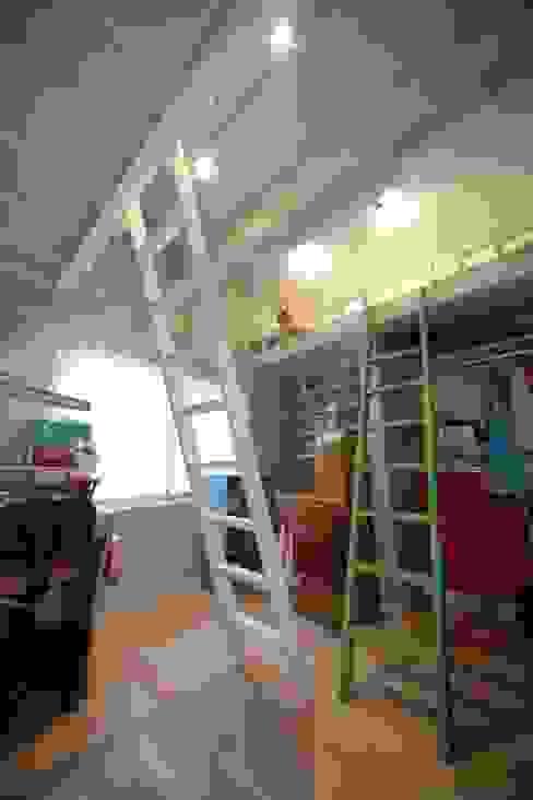 ロフトベッドで見る夢は HONEY HOUSE モダンデザインの 子供部屋 無垢材 青色