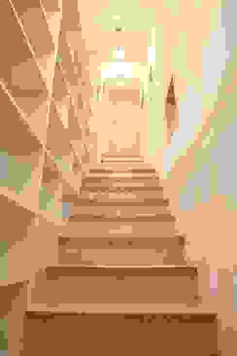 ทางเดินสไตล์คลาสสิกห้องโถงและบันได โดย inark [인아크 건축 설계 디자인] คลาสสิค ไม้ Wood effect