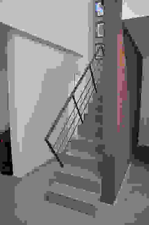 Pasillos, vestíbulos y escaleras minimalistas de Estudio Fernández+Mego Minimalista