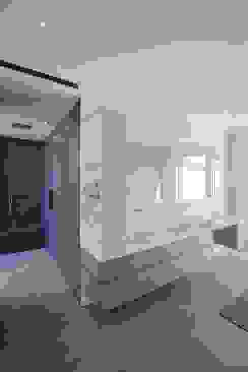 Ванная комната в стиле минимализм от BPLUSARCHITEKTUR Минимализм