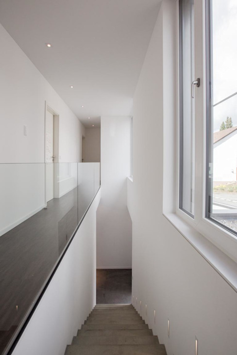 Коридор, прихожая и лестница в стиле минимализм от BPLUSARCHITEKTUR Минимализм