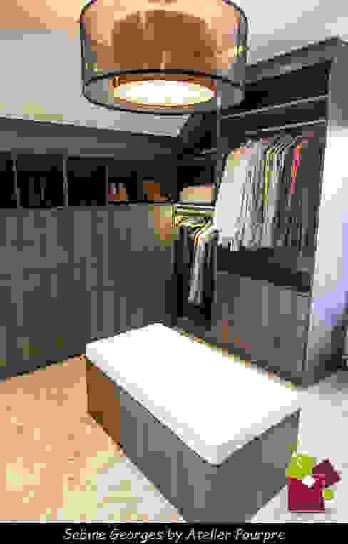 Conception d'un dressing sous pente Atelier Pourpre Design & Décoration SPRL Dressing moderne Bois Effet bois